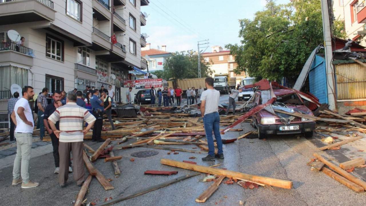 Ankara'da çatıları uçuran fırtına! 3 binanın çatısı uçtu