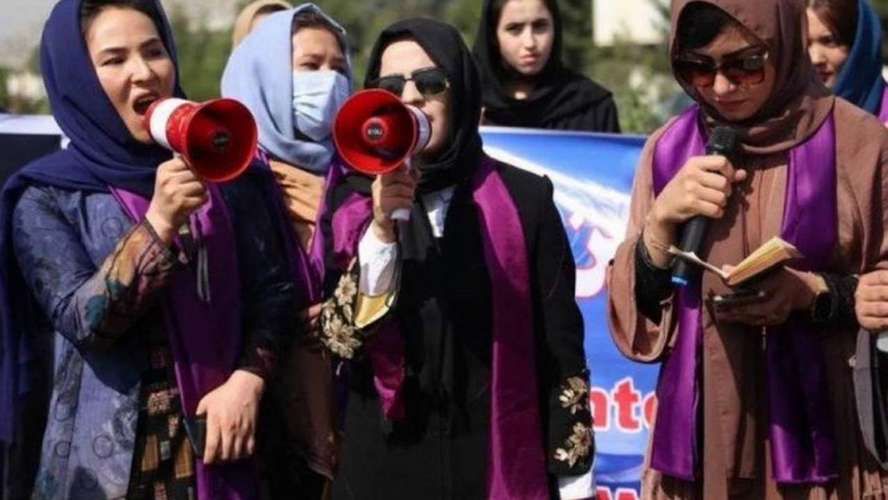 Yaşam hakları için sokağa çıkan kadınlara biber gazlı müdahale