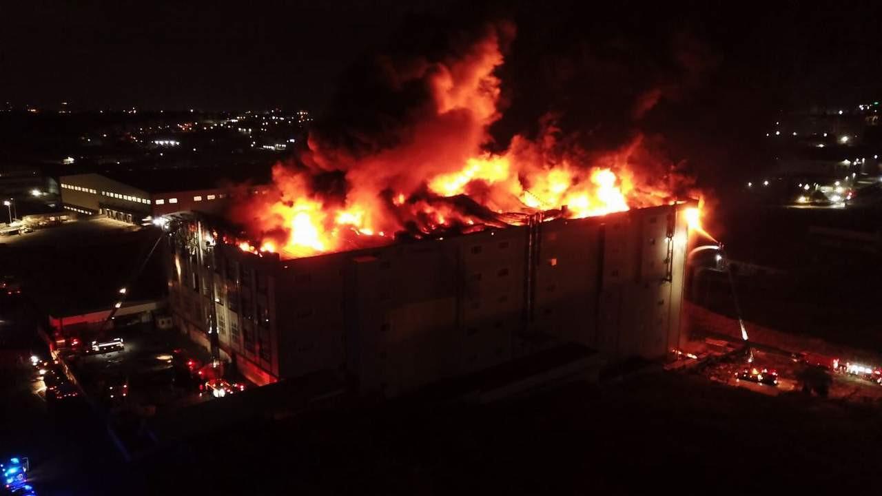 İstanbul'da fabrika yangını! Alevler gökyüzünü sardı