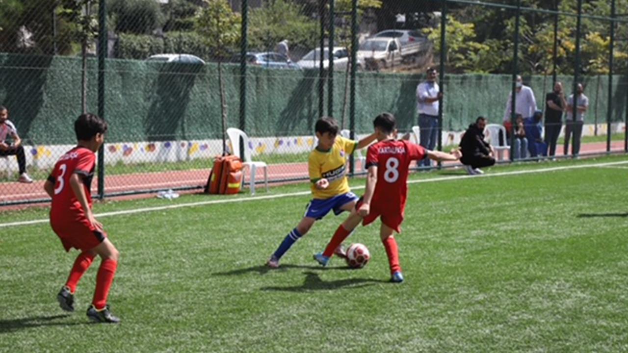 Kartallı genç futbolcular, Taçsız Kral Metin Oktay için sahada