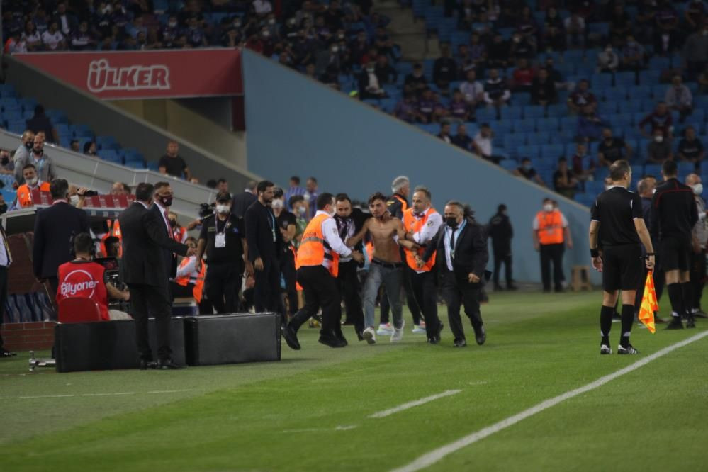 Trabzonspor - Galatasaray maçında taraftar sahaya indi