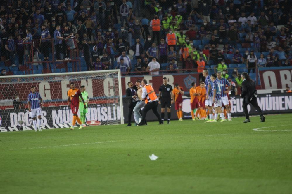 Trabzonspor - Galatasaray maçında taraftar sahaya indi - Resim: 4