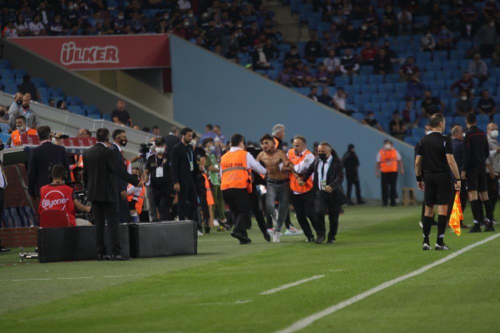 Trabzonspor - Galatasaray maçında taraftar sahaya indi - Resim: 2