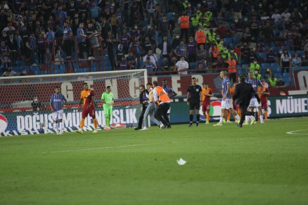Trabzonspor - Galatasaray maçında taraftar sahaya indi - Resim: 3