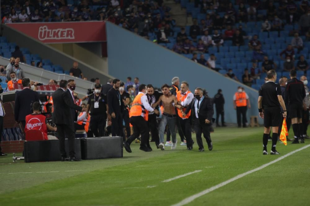 Trabzonspor - Galatasaray maçında taraftar sahaya indi - Resim: 1