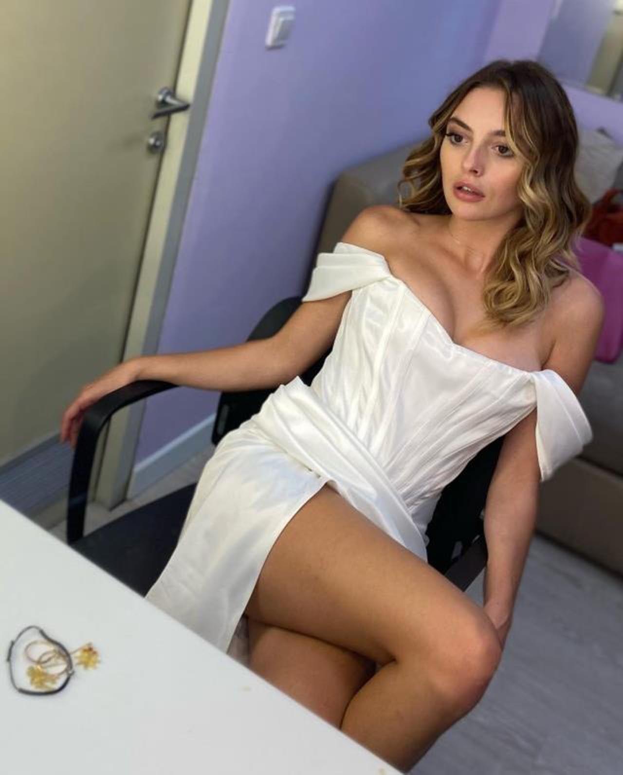 Melis Sezen derin yırtmaçlı elbisesiyle sosyal medyayı yaktı geçti - Resim: 2
