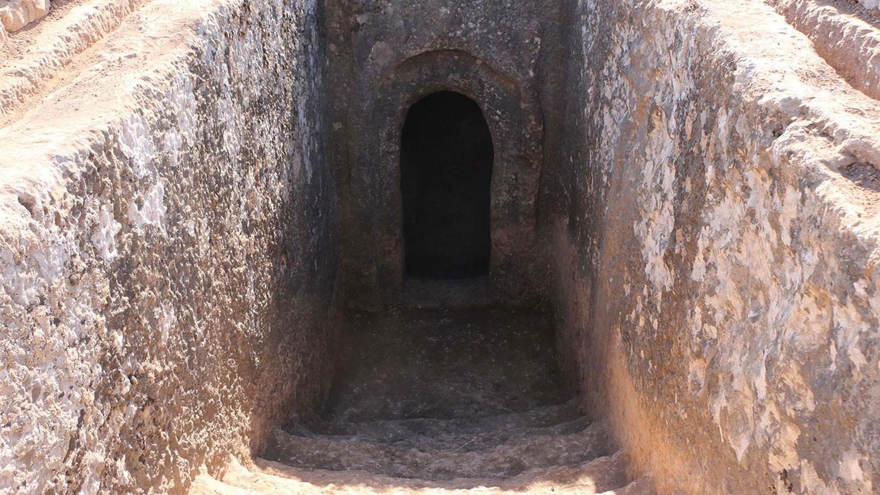 Yan yana gömülmüşler... 60 mezar bulundu