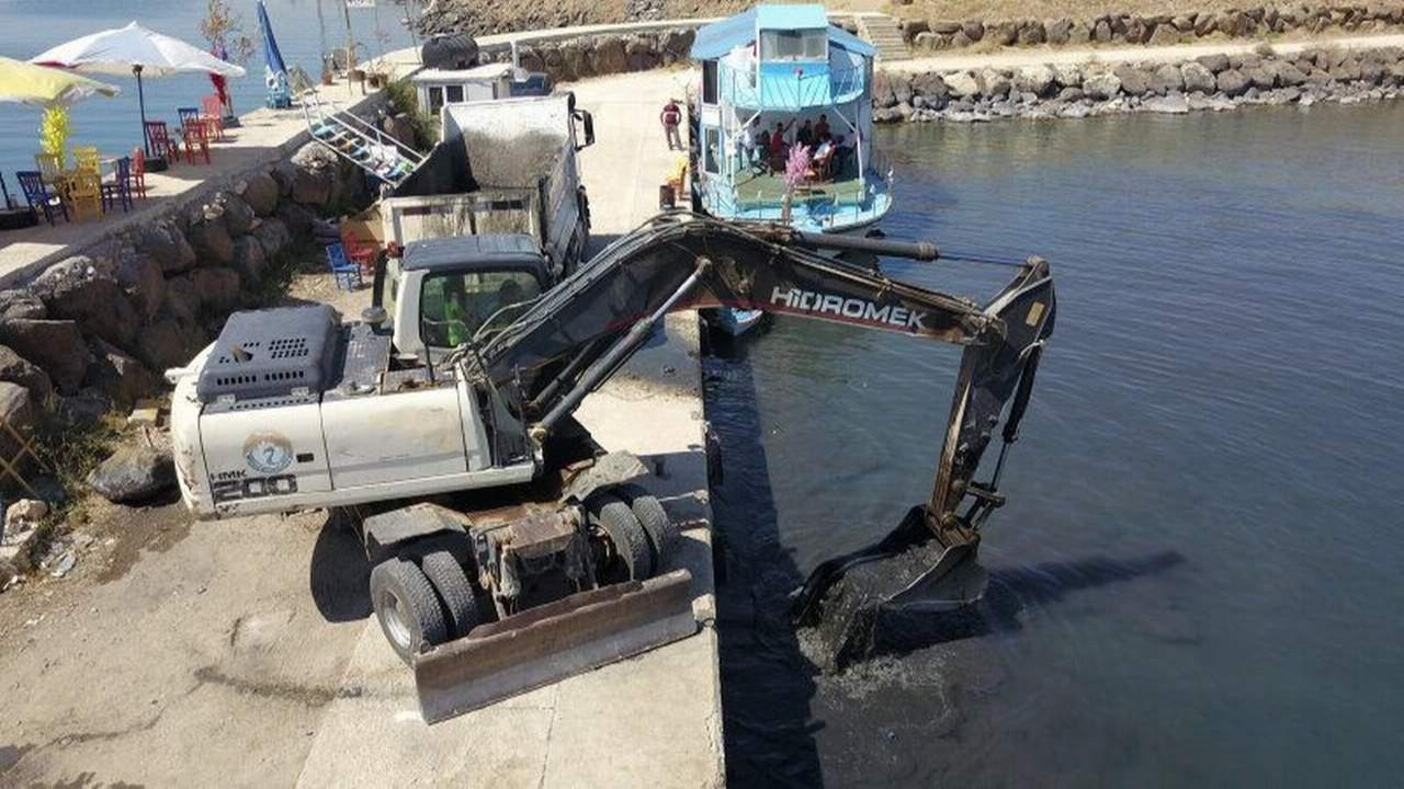 Mahsur kalan tekneleri dozerler kurtardı