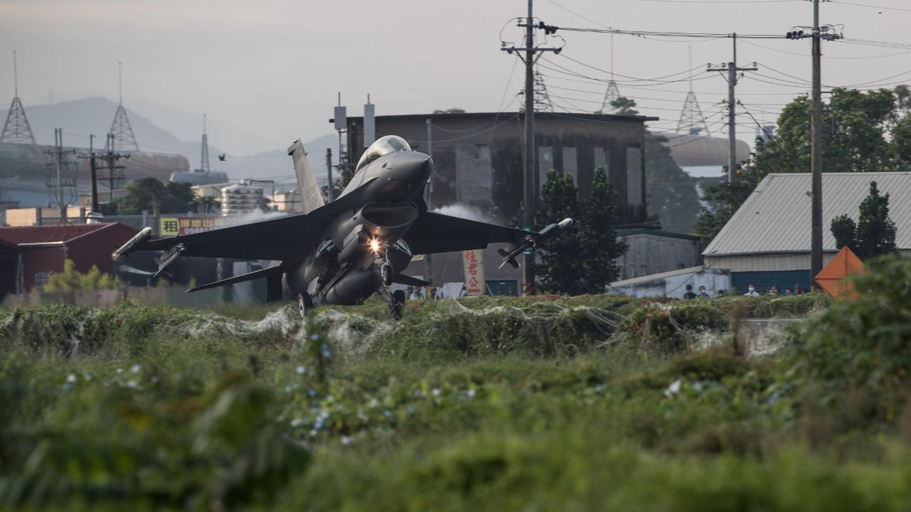 Şoke eden görüntü: Savaş uçakları otoyola indi