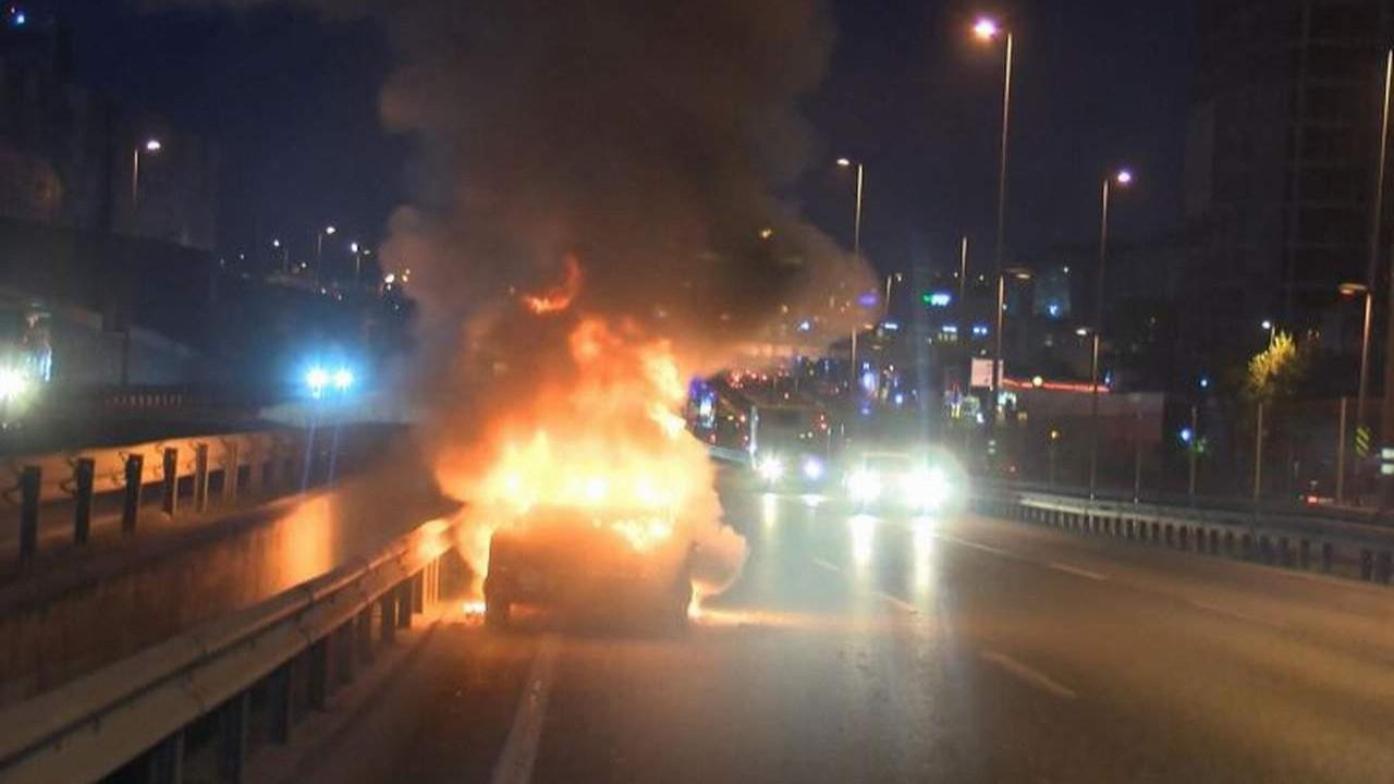 İstanbul'da çevreyolunda otomobil alev alev yandı