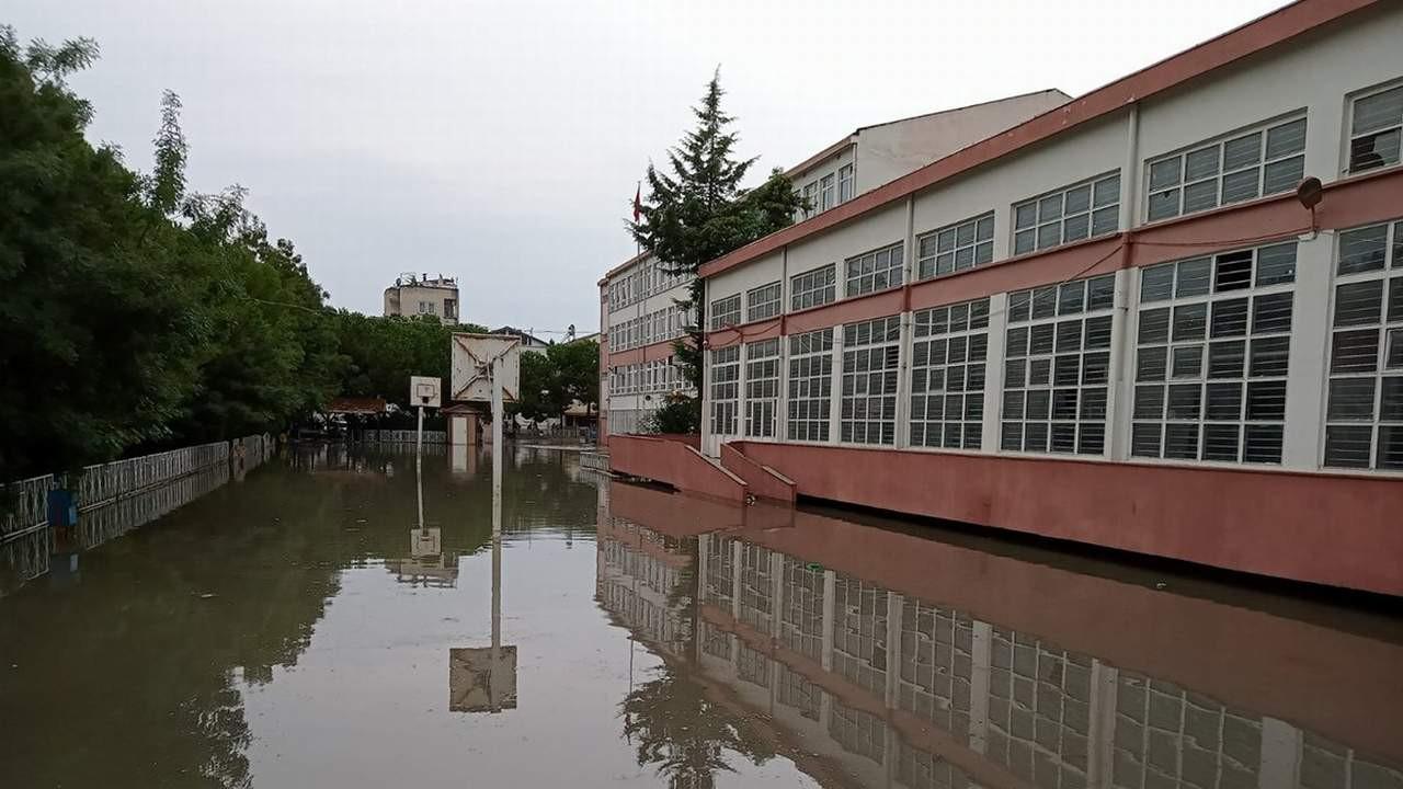 Karadeniz'de yine sel kabusu! Eğitime ara verildi