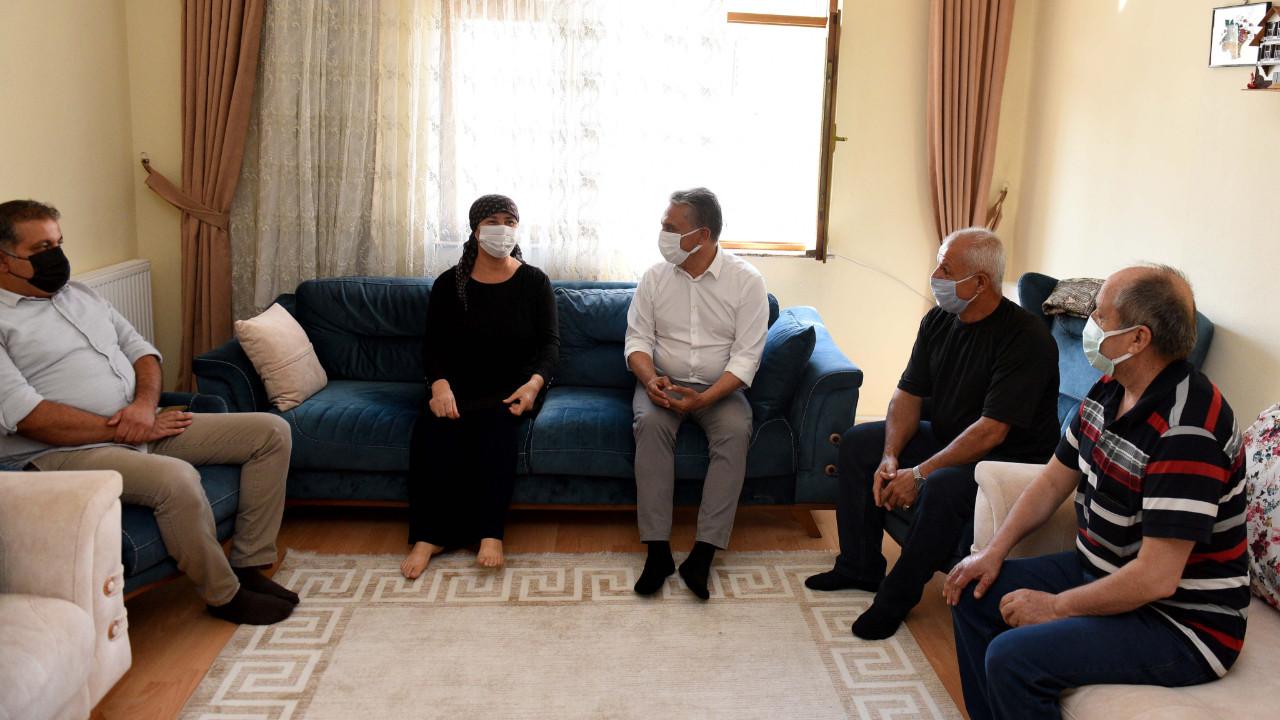Muratpaşa Belediye Başkanı Uysal belediye levhasını hurdacıya kaptırmayan İzci'yi ziyaret etti