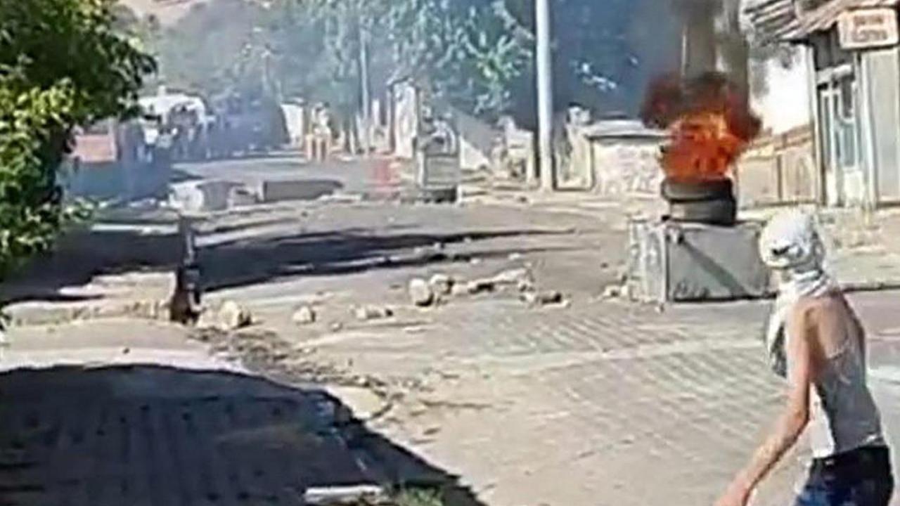 Diyarbakır'da gergin anlar: Girişleri kapatıp ateşe verdiler