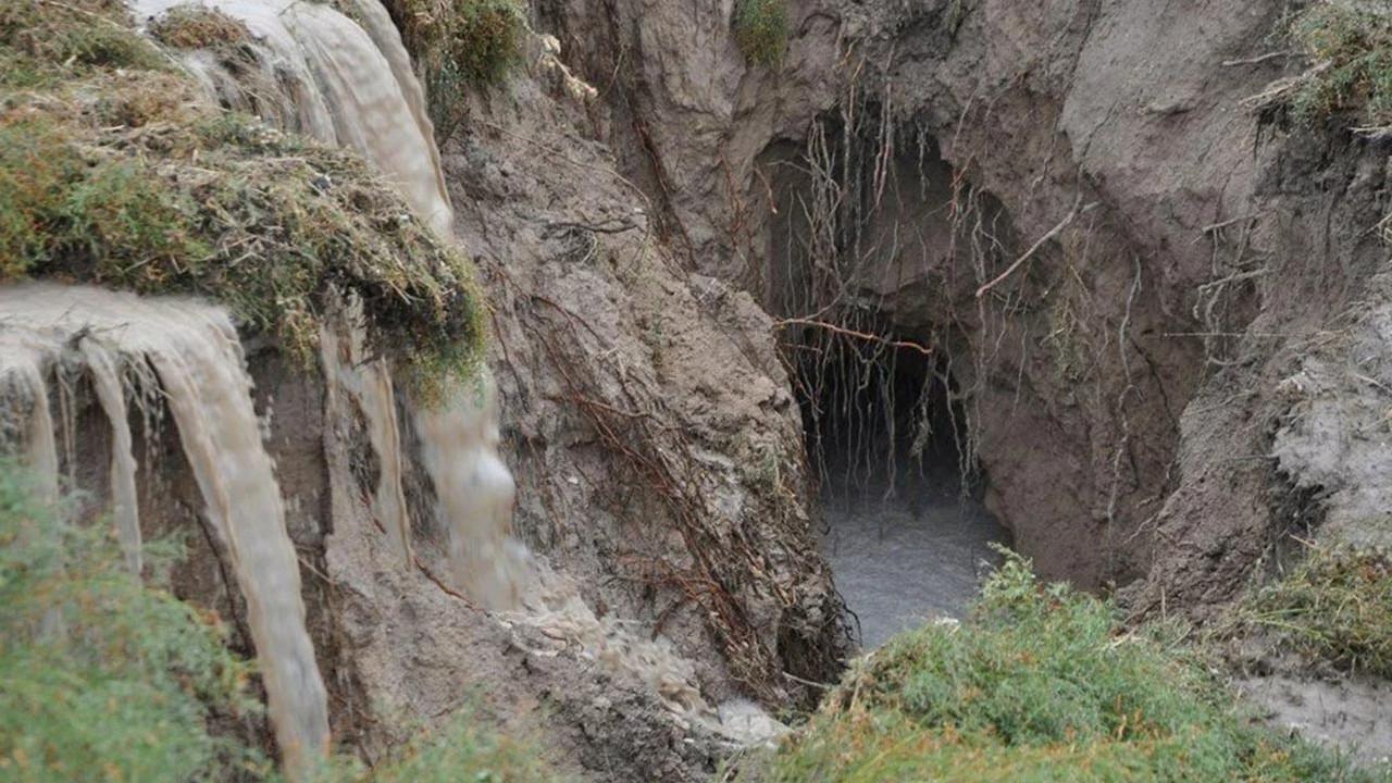 Yağış sonrası tüm şehirde oluşan dev çukurların nedeni açıklandı