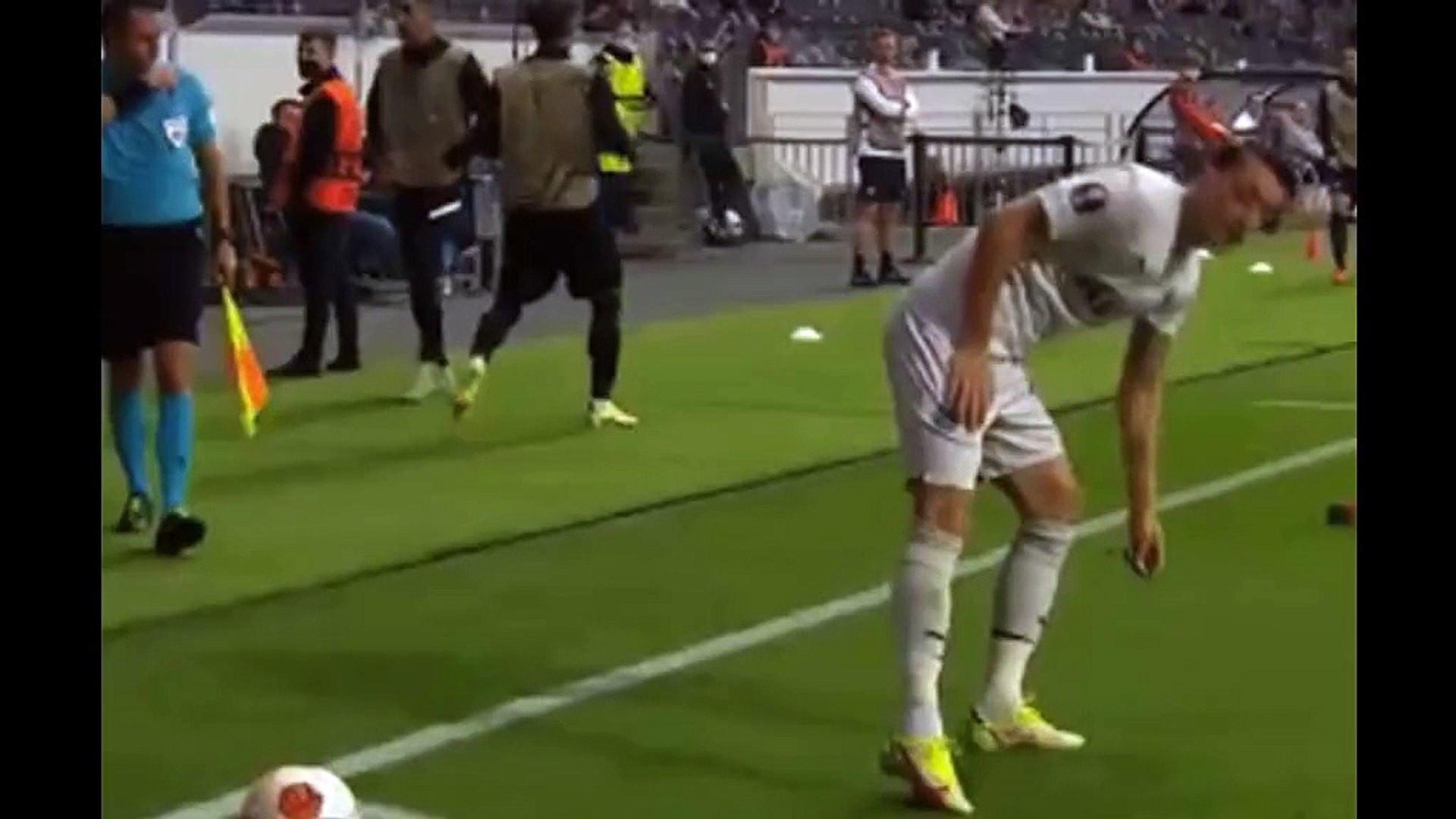 Mesut Özil'in taraftara öpücüklü yanıtı olay oldu