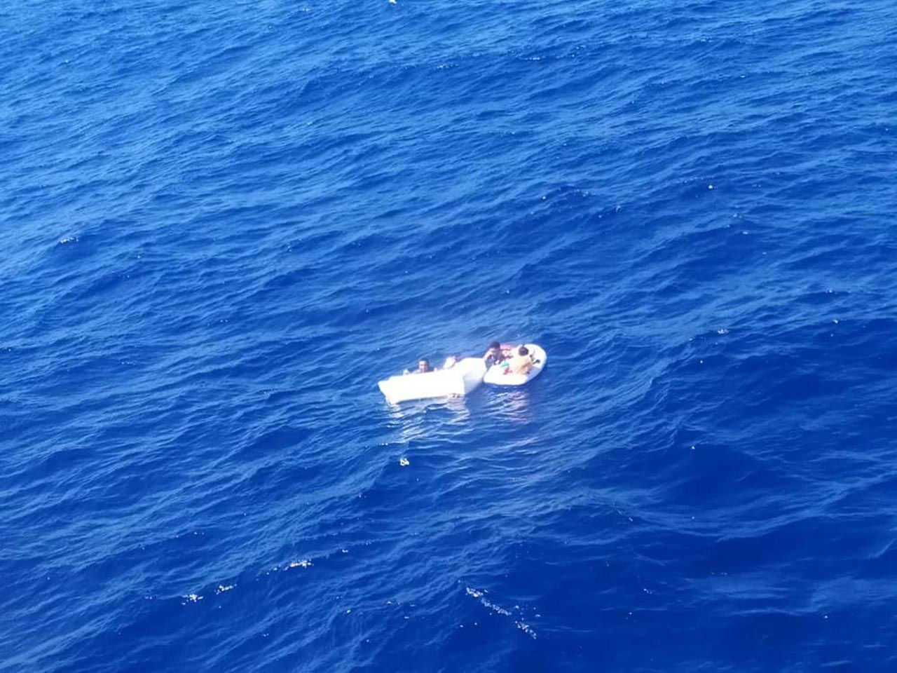 Deniz ortasında annelerinin cesedine sarılmış halde bulundular - Resim: 2