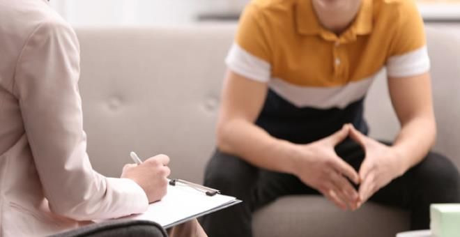Skandal olay: Üç çocuk annesi psikolog, 17 yaşındaki gençle ilişkiye girdi - Resim: 1