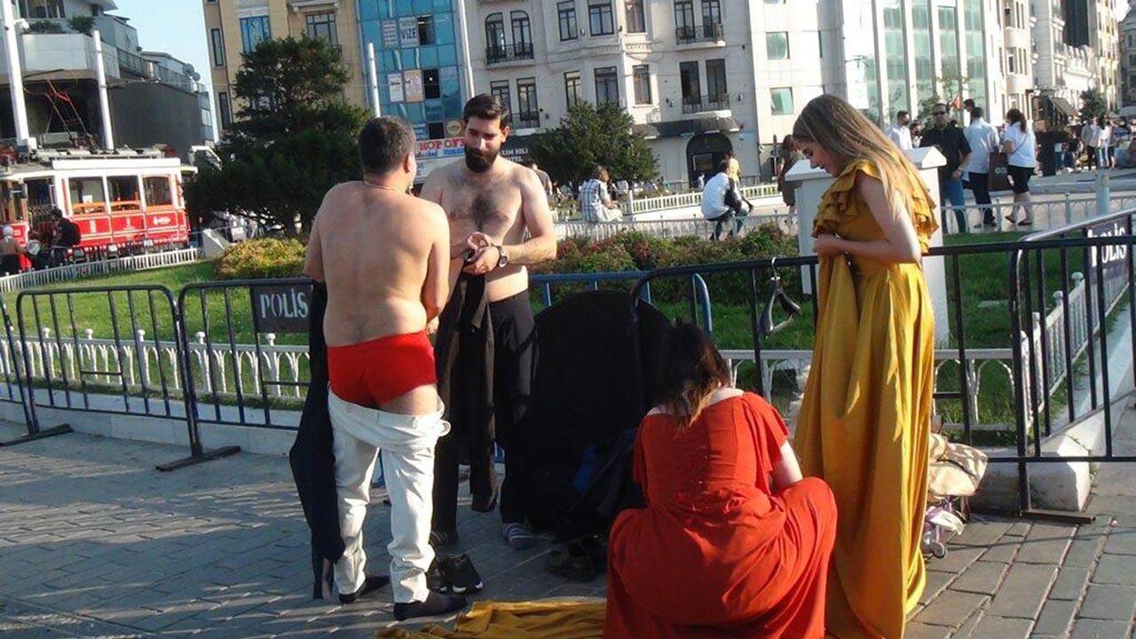 Burası İstanbul'un göbeği! Taksim'de herkesin önünde soyundular