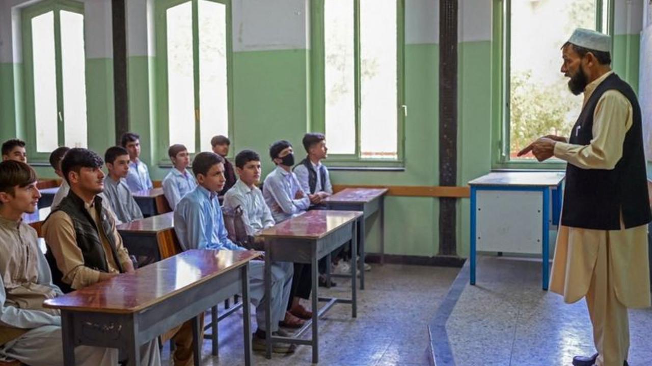 Taliban'dan tepki çeken karar: Kız öğrenciler okula başlayamadı