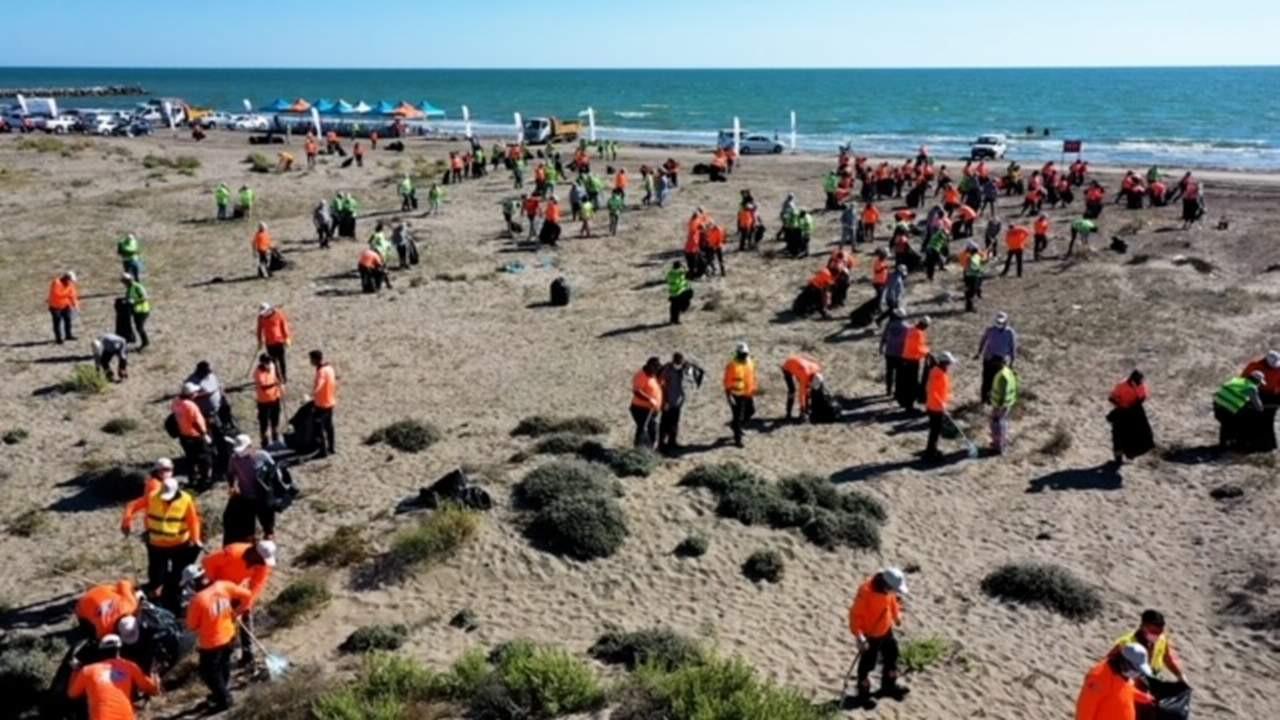 Dünya Temizlik Günü'nde Mersin'de sahilden kamyonlar dolusu çöp toplandı