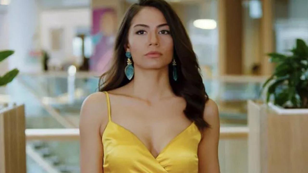 Demet Özdemir, mini elbisesiyle teknede poz verdi