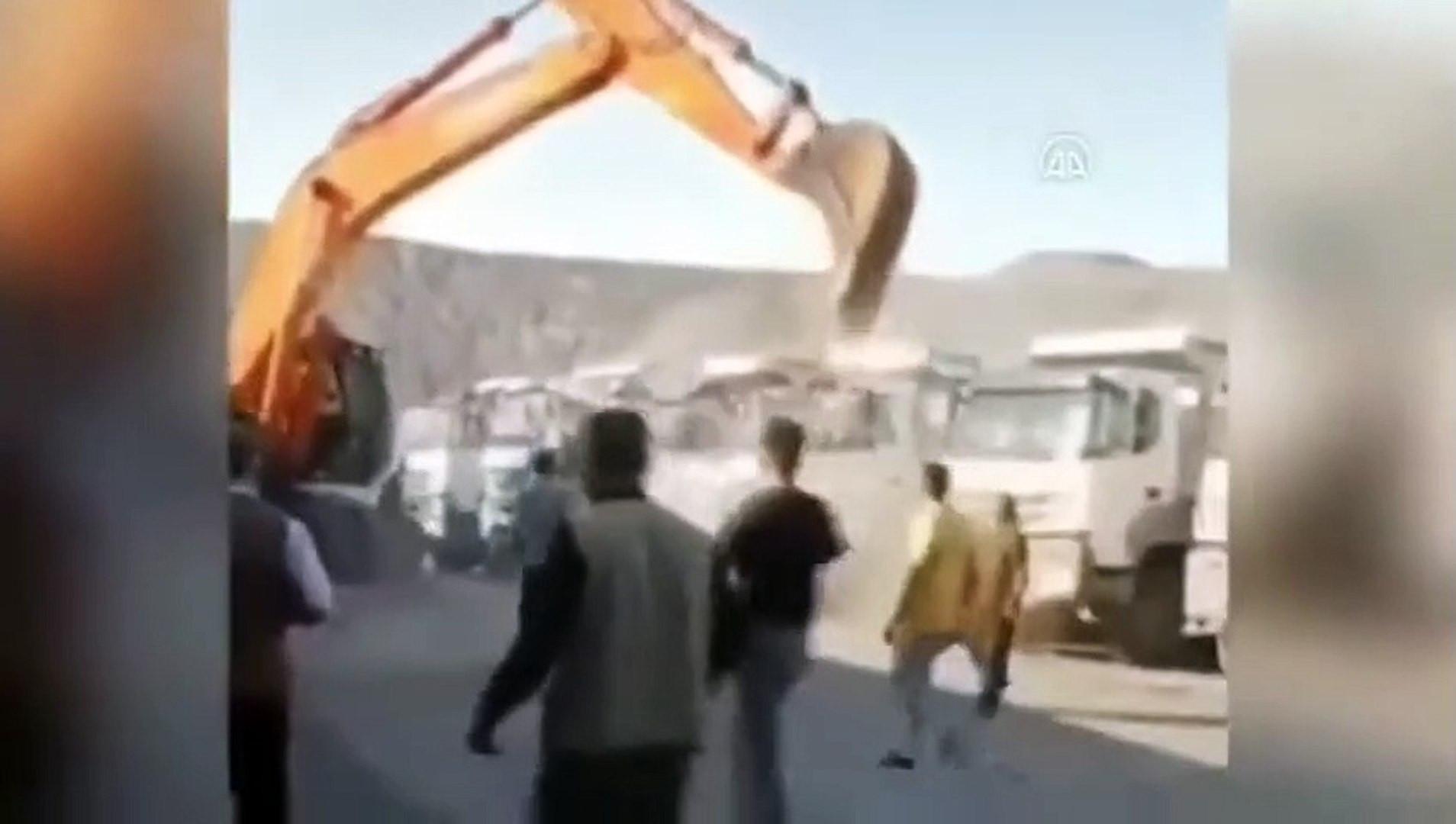 Kepçeyle kamyonları böyle parçaladı