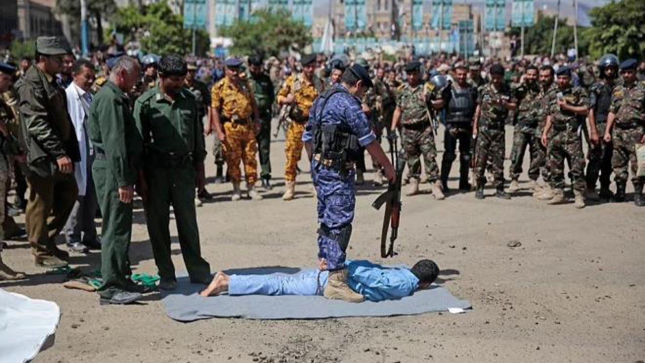 Kent meydanında toplu infaz! 9 kişiyi kurşuna dizdiler