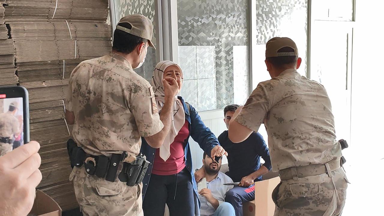 İşten çıkarılan iki işçi, güvenlik görevlisini rehin aldı