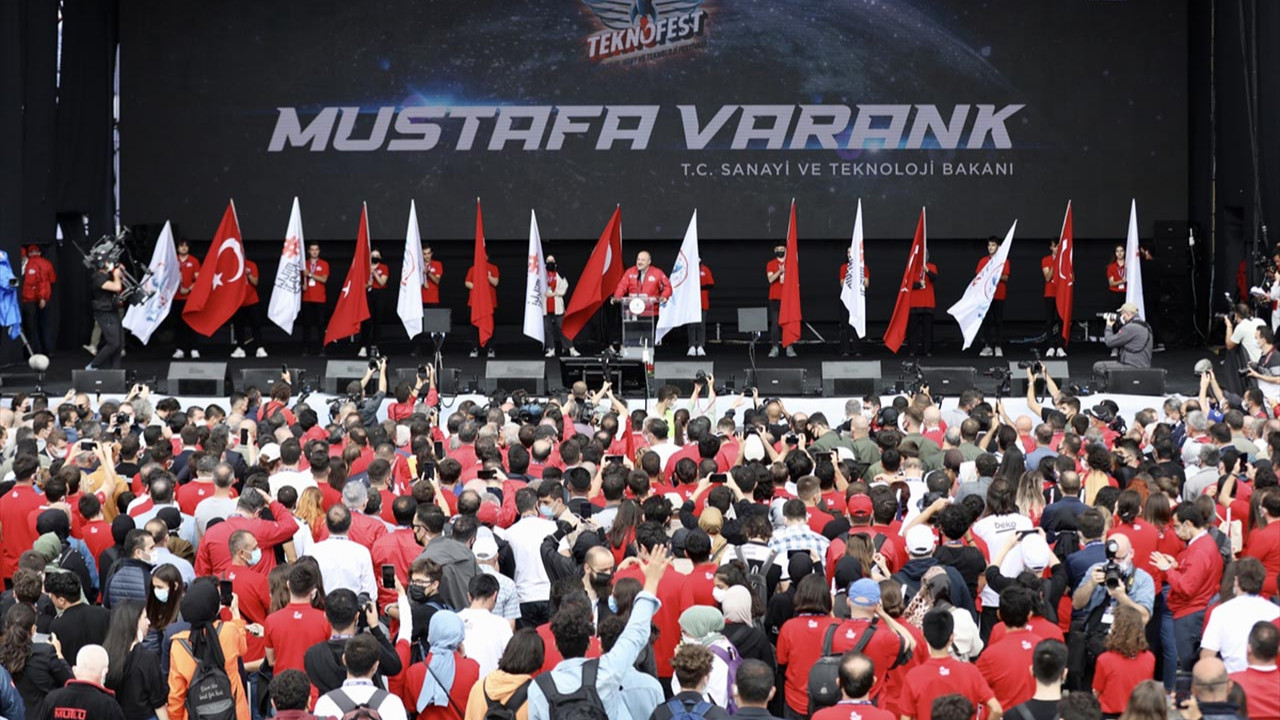 Bakan Varank ''Herkes uçan arabamızı konuşacak'' dedi