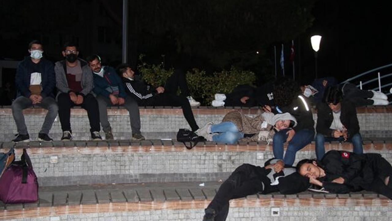Öğrenciler geceyi parkta geçirirken, Vali'den ''Talep yok'' açıklaması