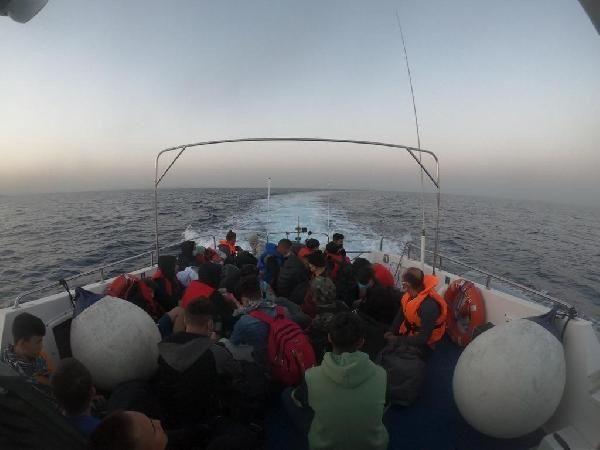 İzmir açıklarında 75 kaçak göçmen kurtarıldı - Resim: 3