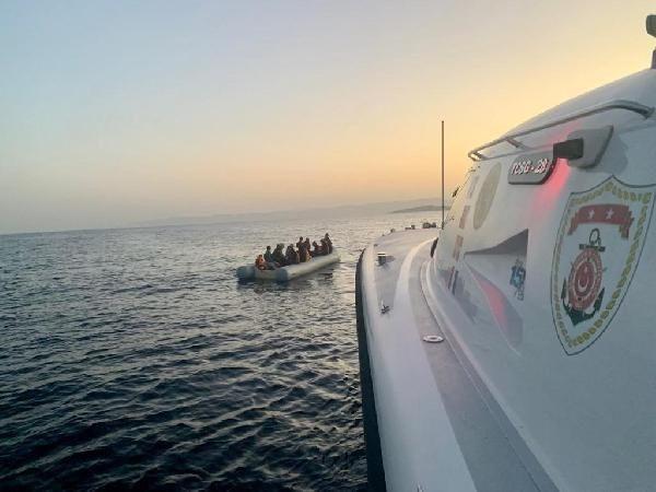 İzmir açıklarında 75 kaçak göçmen kurtarıldı - Resim: 4