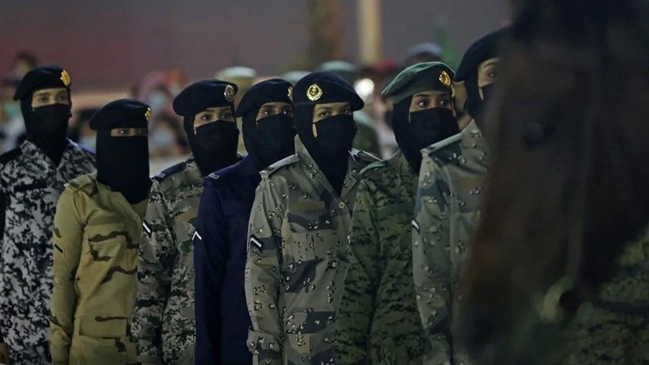 Suudi Arabistan tarihinde ilk kez kadın askerler boy gösterdi