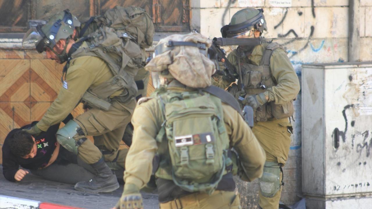 İsrail askerlerinden 10 yaşındaki çocuğa döve döve gözaltı!