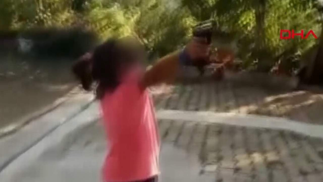 Skandal görüntüler! 8 yaşındaki çocuğa silah verdi, sonu felaket oluyordu!
