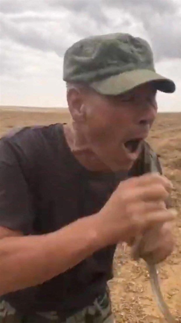 Çiftçinin yılanla tehlikeli gösterisi sonu oldu! - Resim: 4