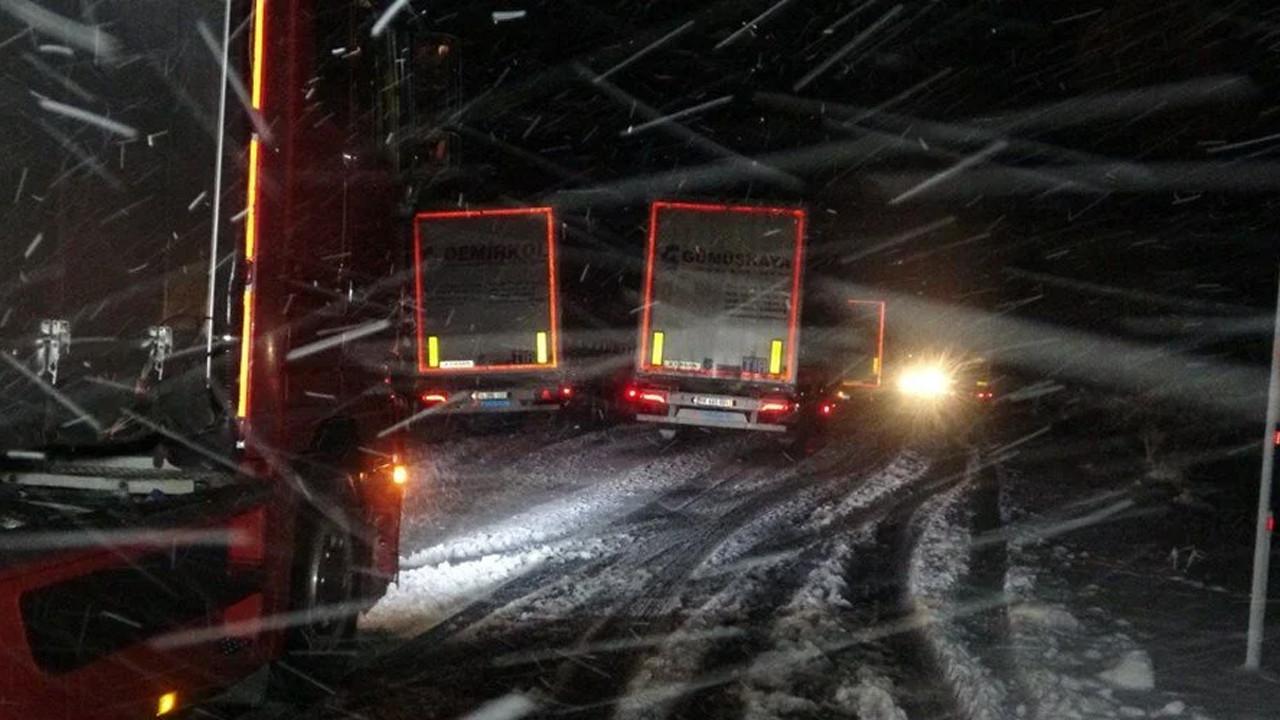 Bir ilçe kara teslim: Yol kapandı, onlarca TIR mahsur kaldı