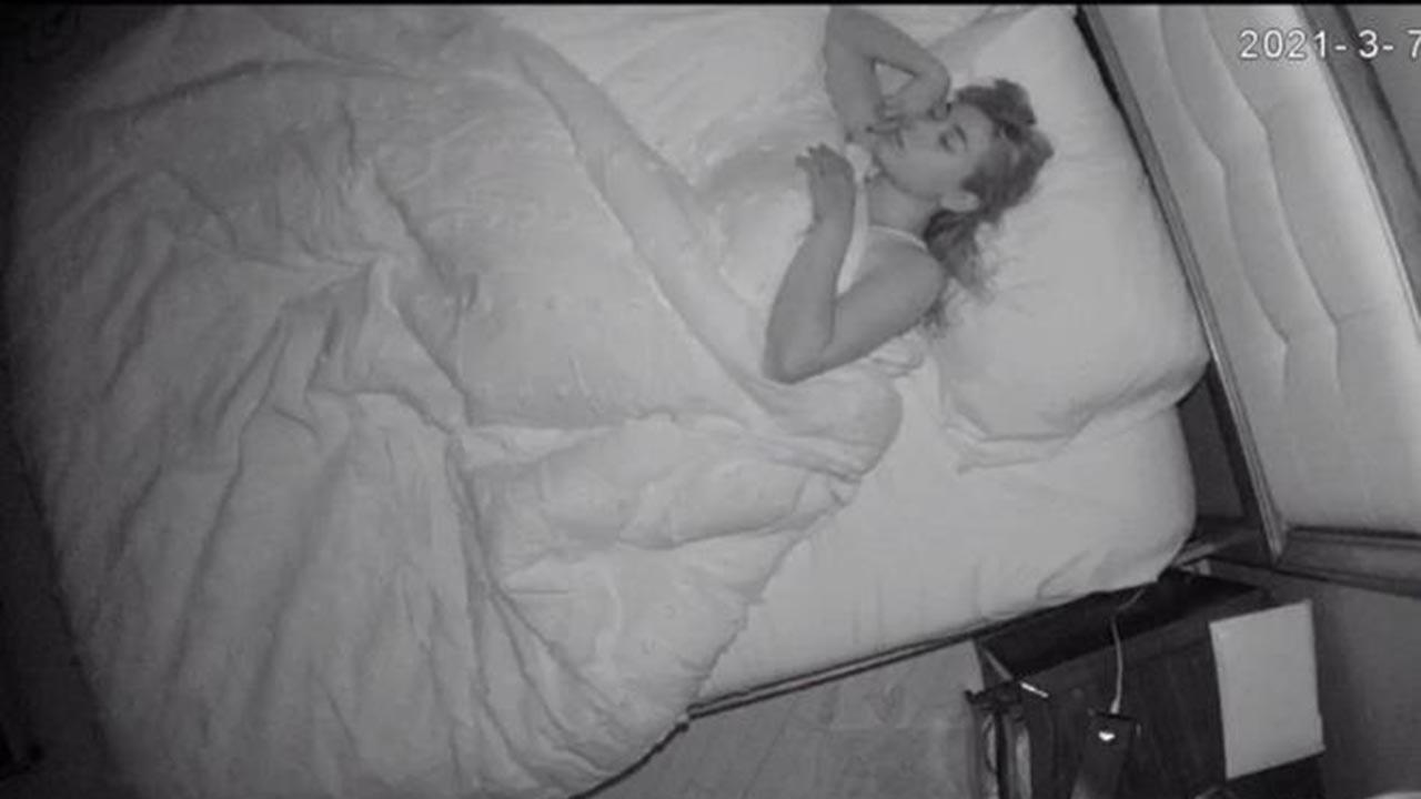 Bakıcının odasına gizli kamera yerleştirdi