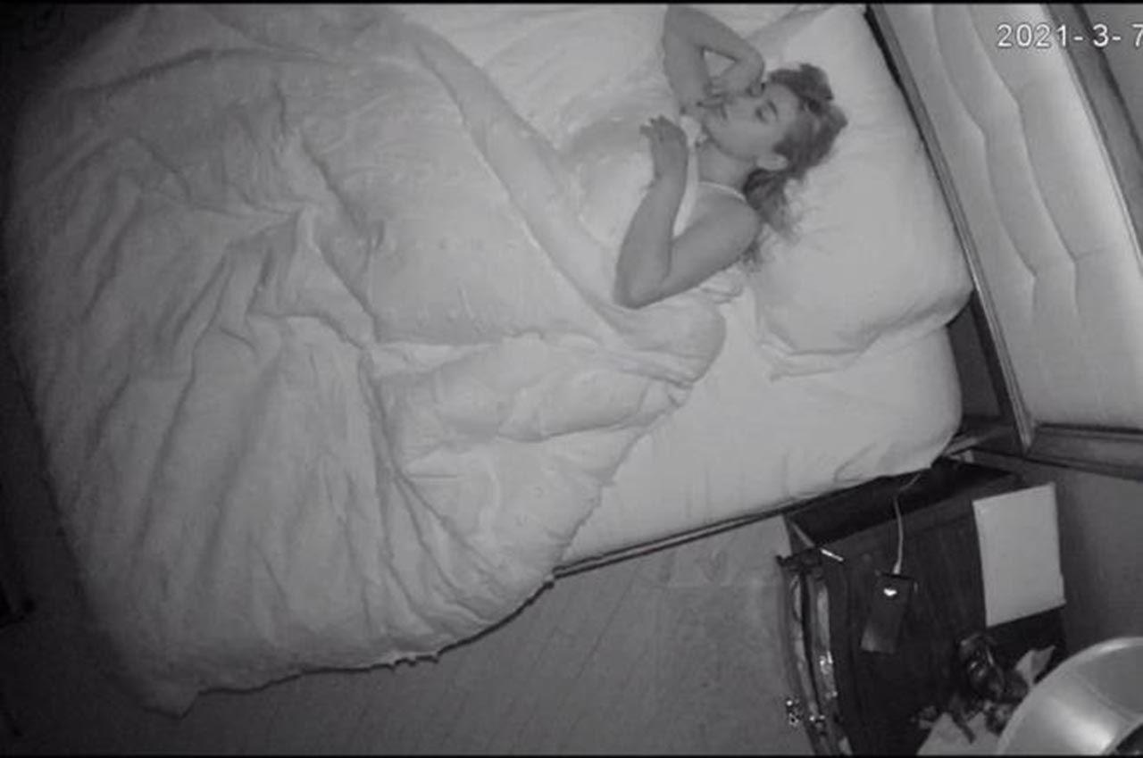 Bakıcının odasına gizli kamera yerleştirdi - Resim: 2