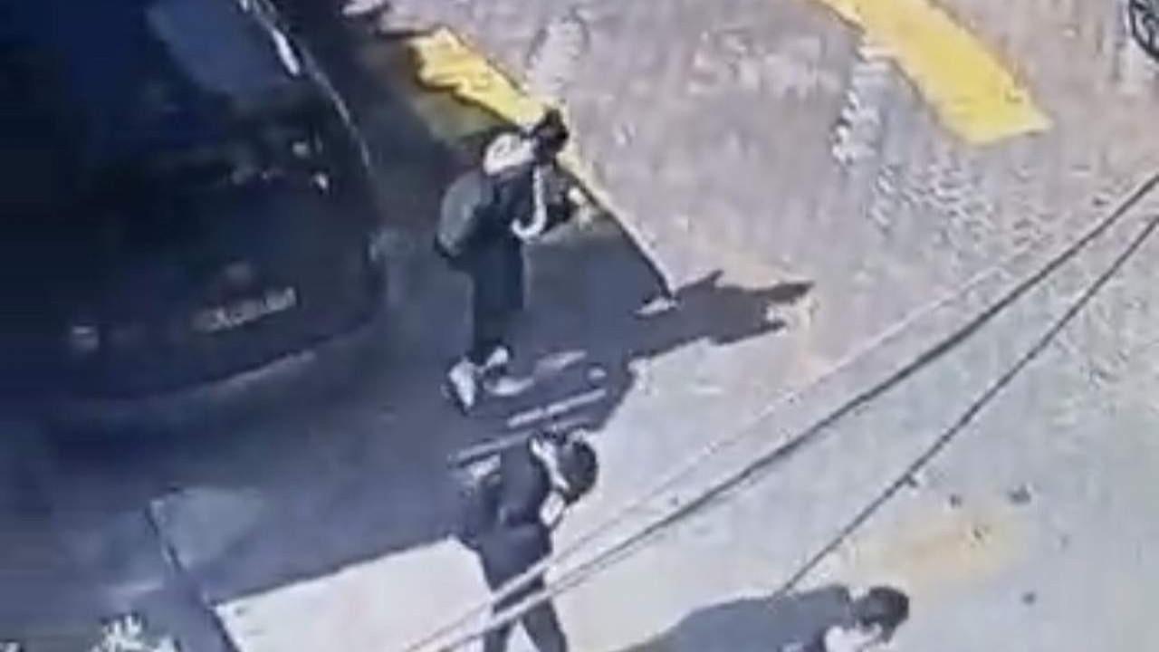 Okuldan çıkan öğrencilerin üstüne torpil attı