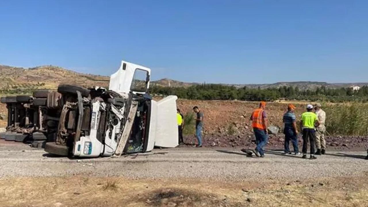TIR ile otomobil çarpıştı: 4 ölü, 2 yaralı