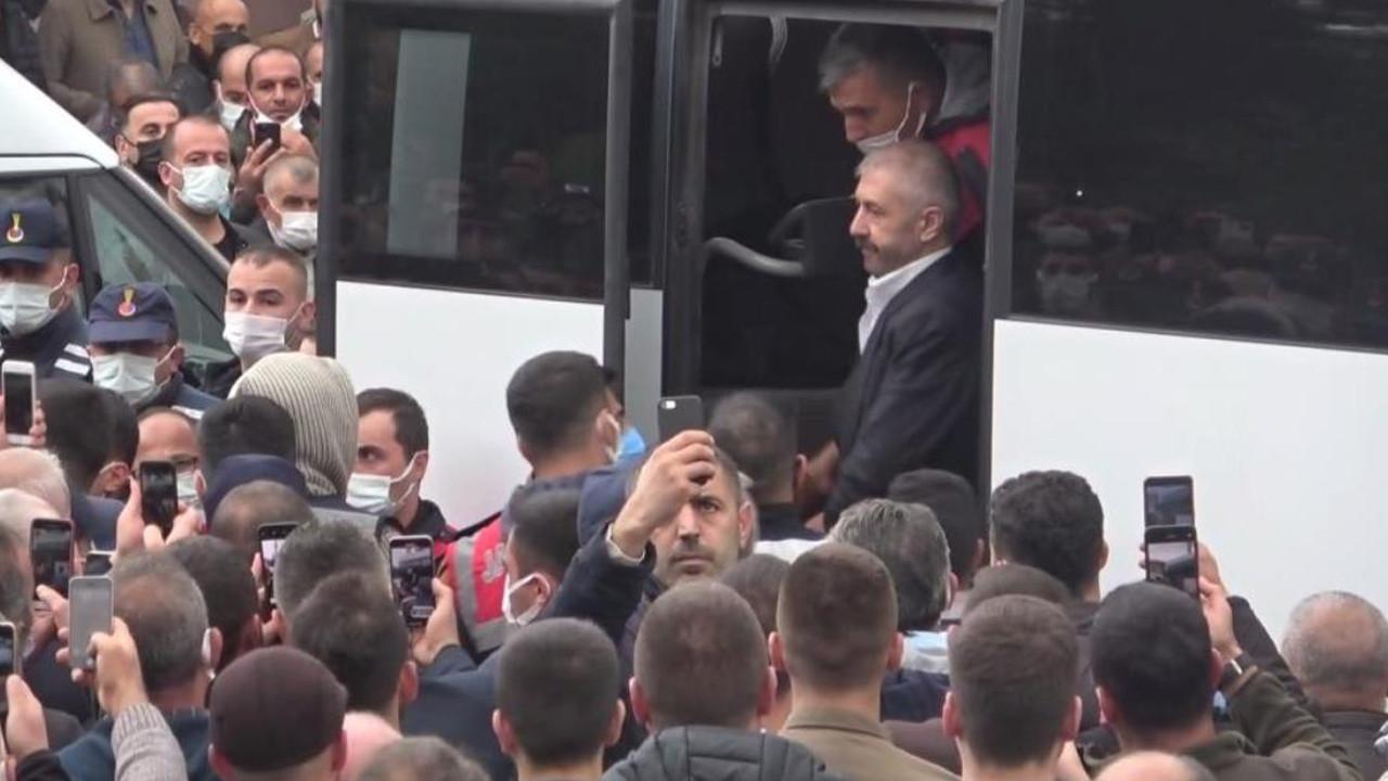 Cezaevindeki Sedat Şahin cenazeye katıldı, gören telefona sarıldı