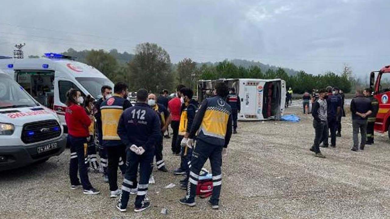 MHP'lilerin midibüsü devrildi: Ölü ve yaralılar var