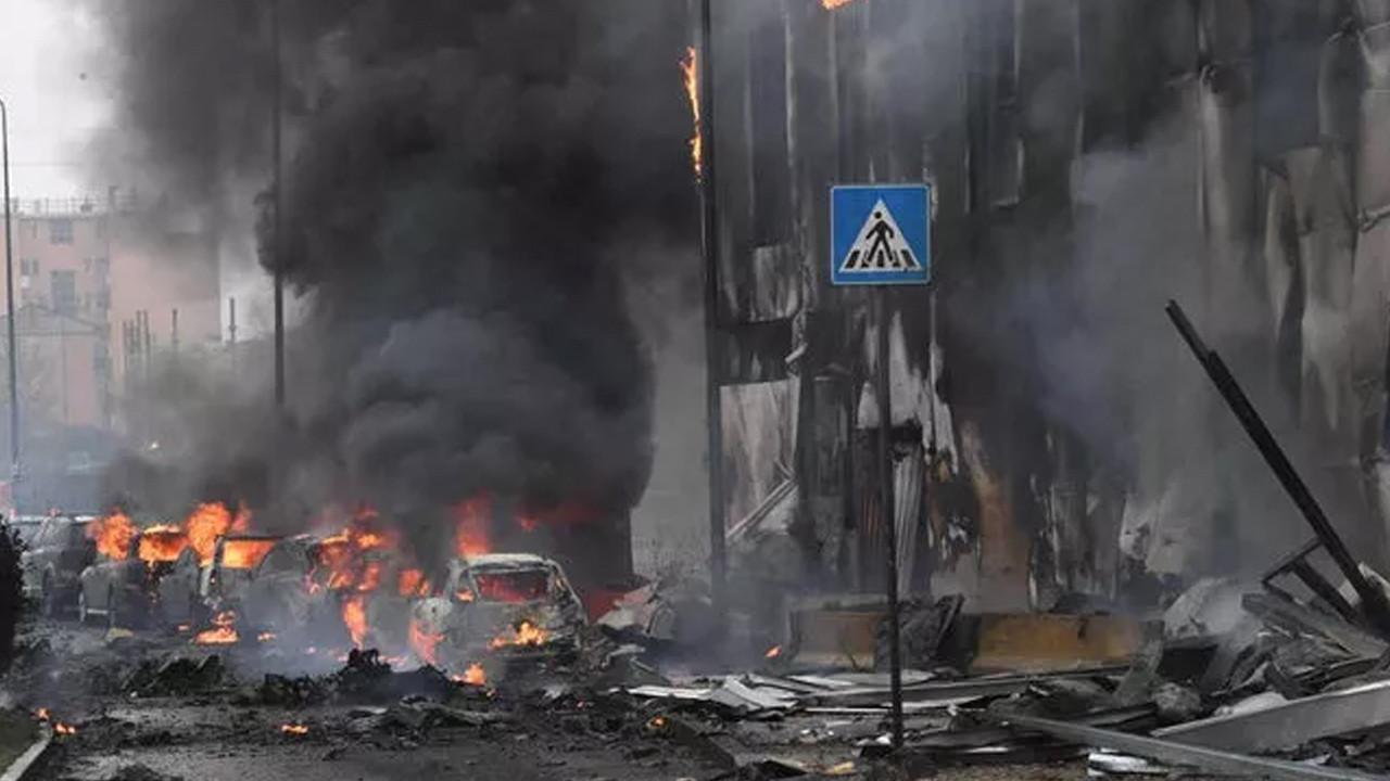 Binanın üzerine uçak düştü: 8 ölü