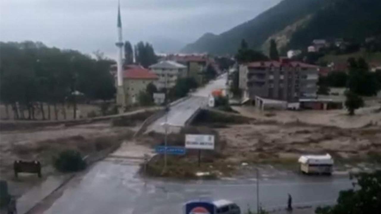 Sinop'ta köprünün yıkılma anı kamerada
