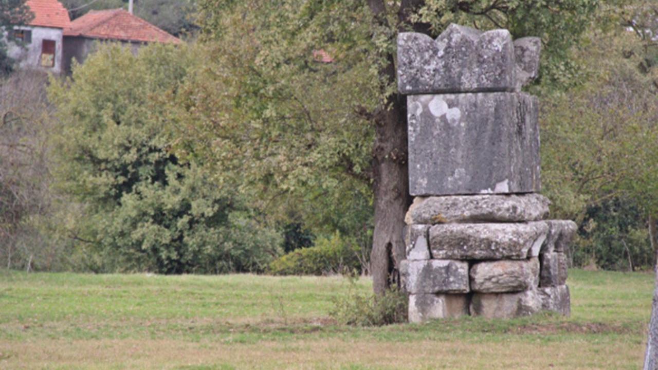 Bu beddua tam 2 bin yaşında! Köyün ortasında duruyor
