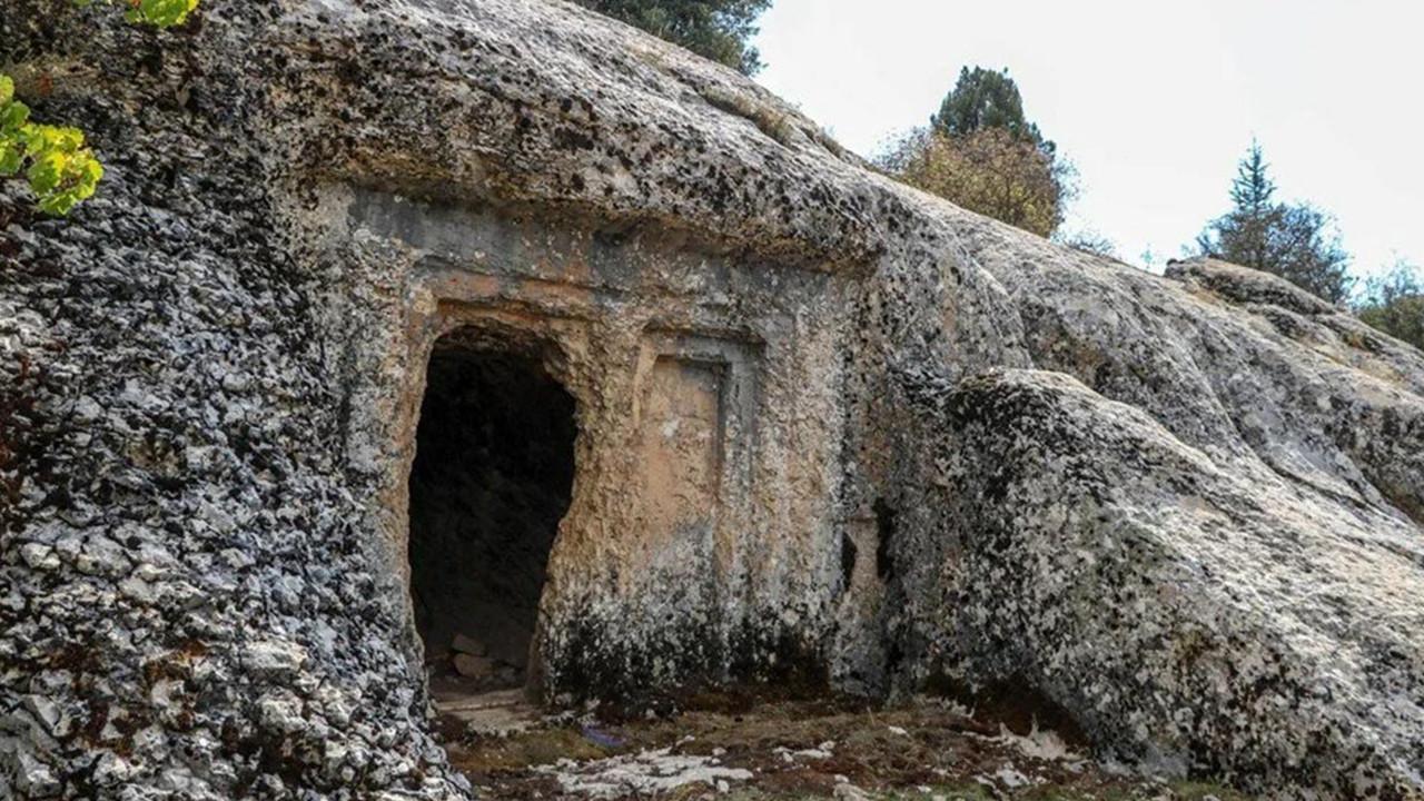 Defineciler 2 bin 500 yıllık mezarı patlattı