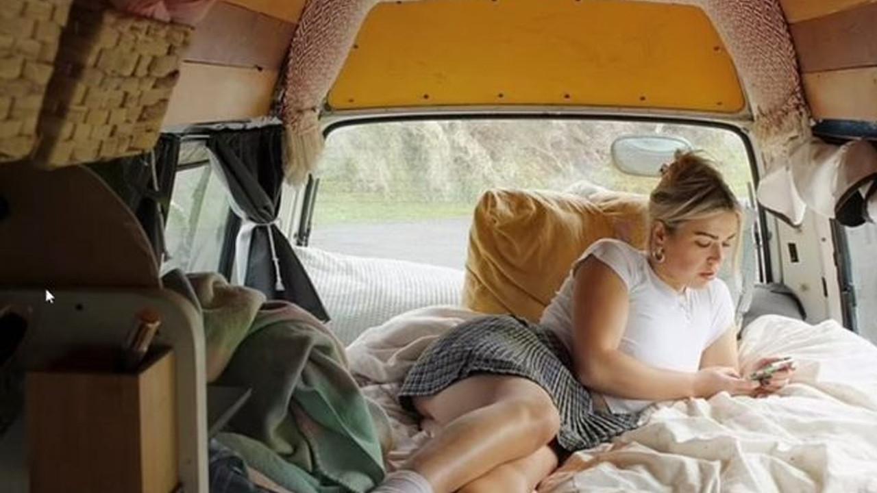 Kira ödemekten bıkan kadın artık minibüste yaşıyor