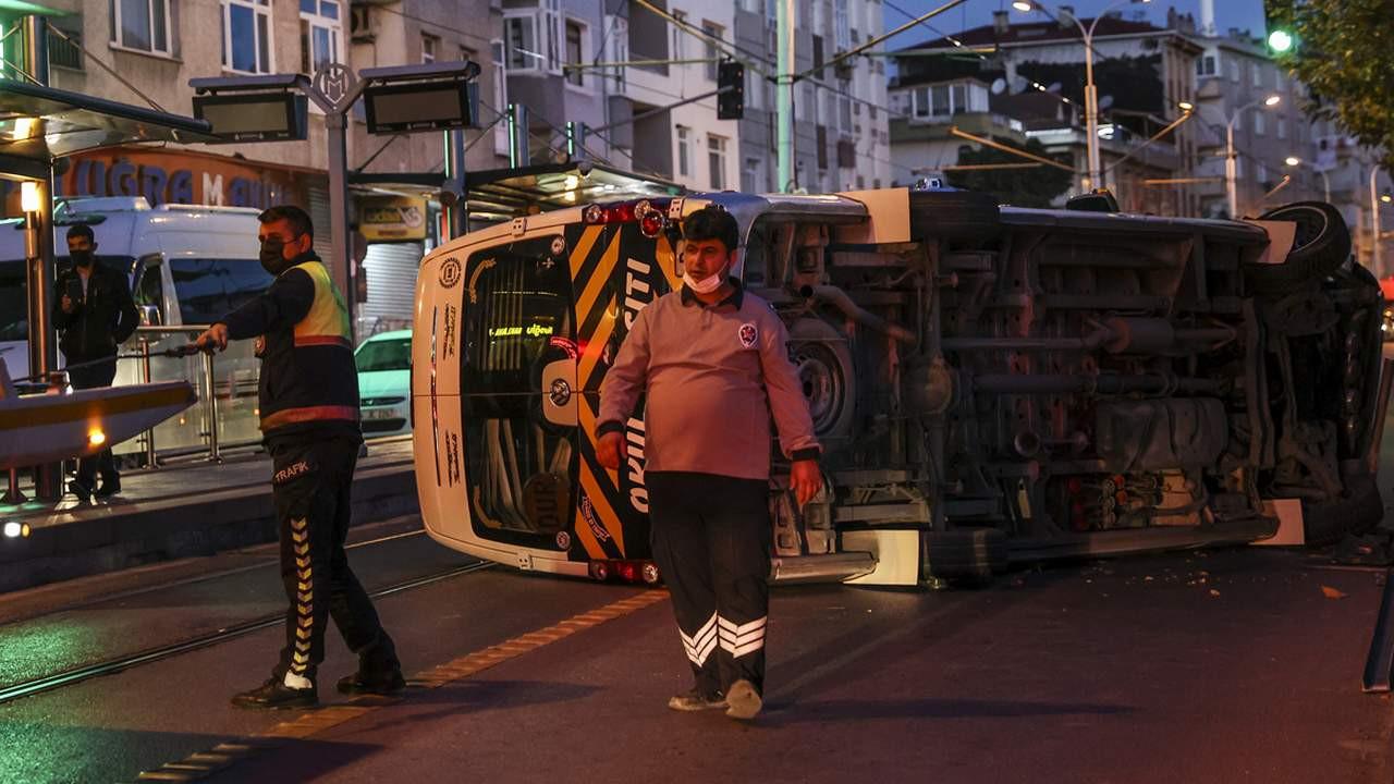 Servis minibüsü tramvay yoluna devrildi