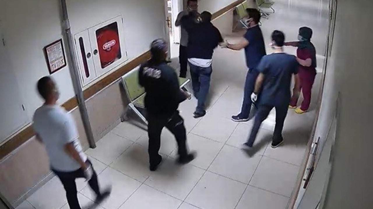 Hastanede polis ve çalışanlara saldırı anı kamerada